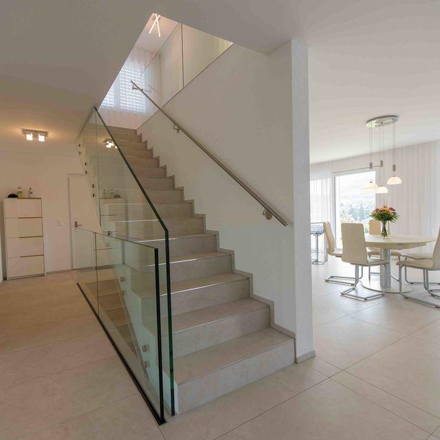 Entrée - Treppe ins Obergeschoss mit angrenzender Küche und Essbereich